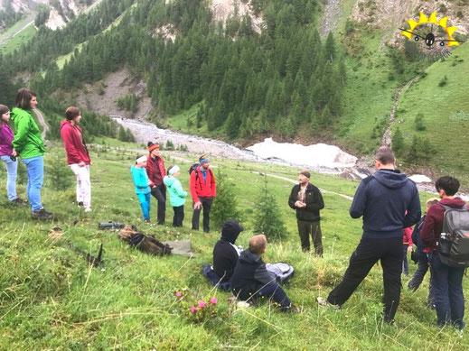 Wildtierbeobachtung in Samnaun - die Teilnehmer lauschen den Worten Valsecchis.