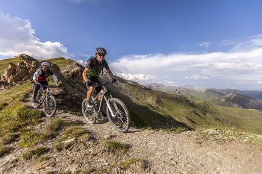 Auf den Gipfel hoch über Samnaun: ein Mountainbike - Paradies. @David Hablützl