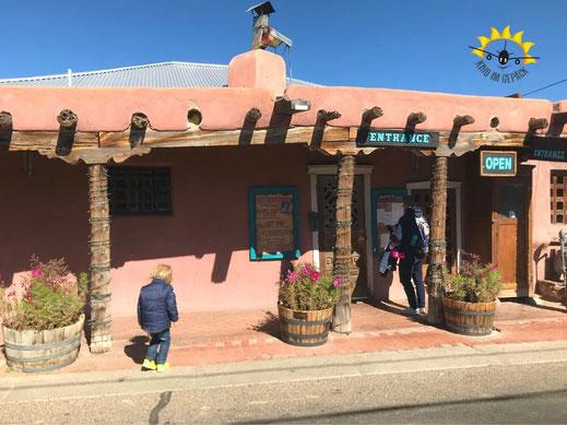 Wir schlendern durch die Altstadt von Albuquerque entlang der Lehmgebäude.