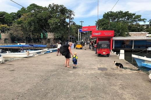 Gabriela und ihr Sohn in Guatemla unterwegs.