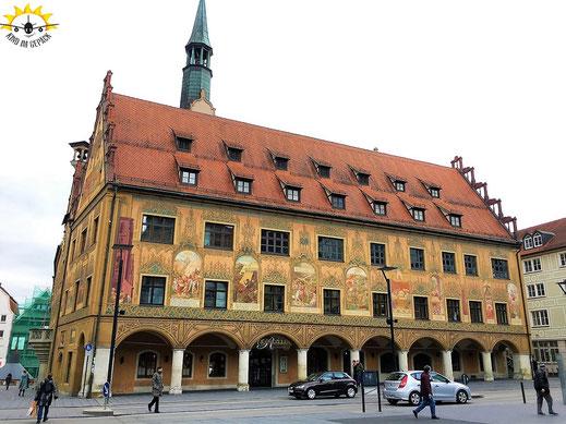 Das Ulmer Rathaus mit uppiger Bemalung