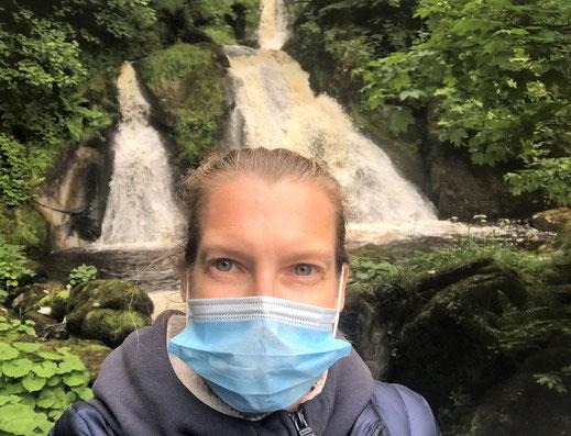 Deutschlands höchste Wasserfälle mit Corona-Maske.