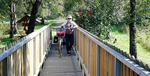 Natalie vom Blog Outdoorfamilienglück mit Fahrrad unterwegs.