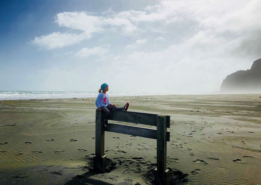Tochter Mila am Karekare - Strand in Neuseeland.