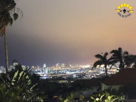 Der Ausblick aus dem Holland House bei Nacht auf die Skyline von Durban.