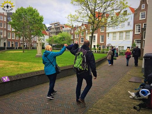 Juli und Dani mit Kleinkind Samu in Amsterdam im Begijinhof.