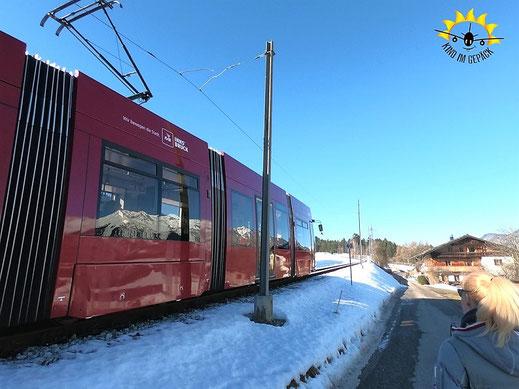 Die rote Stubaitalbahn fährt von Innsbruck nach Fulpmes und retour.