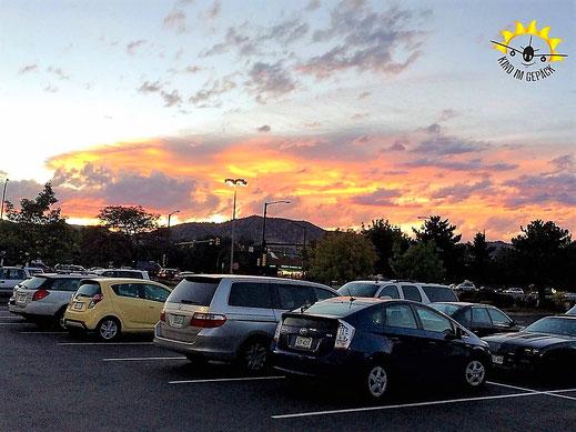 19:12 Uhr: Sonnenuntergang in Boulder auf dem Target-Parkplatz.