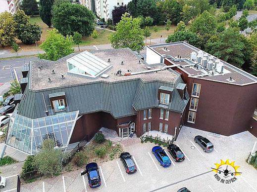 Das Hotel Trezor von oben: Anblick vom gesicherten Parkplatz aus.