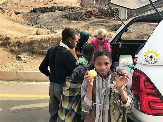 In Lesotho freuen sich Kinder über jeden Apfel.