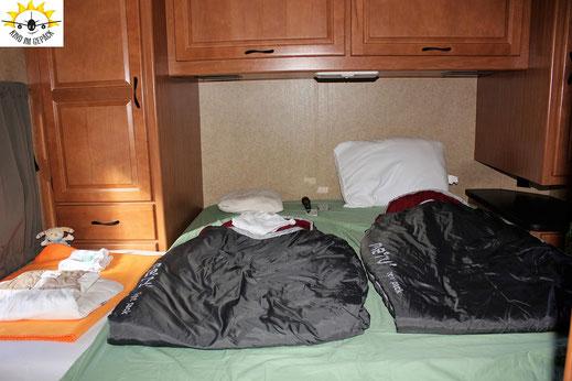 Schlafbereich im Cruise America (C30) für Eltern und Kind.