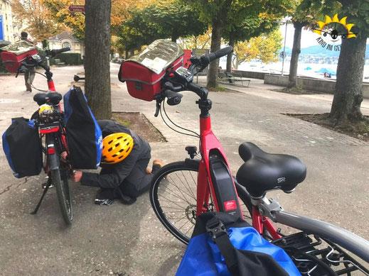Kann vorkommen: E-Bike reparieren auf Radreise.