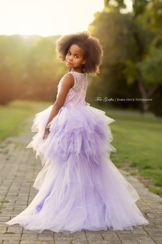 Mädchen Abendsonne im Kleid