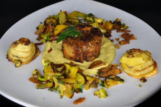 Soyana Dinki-Filet an einer Senfsauce mit gratinierten Kartoffeln und Broccolistielen