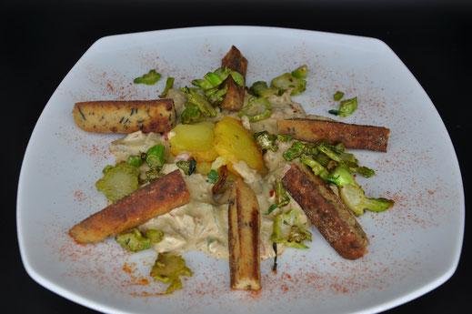 Soyana-Morchel-Tofuwurst an einer Steinpilz-Sojarahmsauce mit Kartoffeln und Broccolistielen