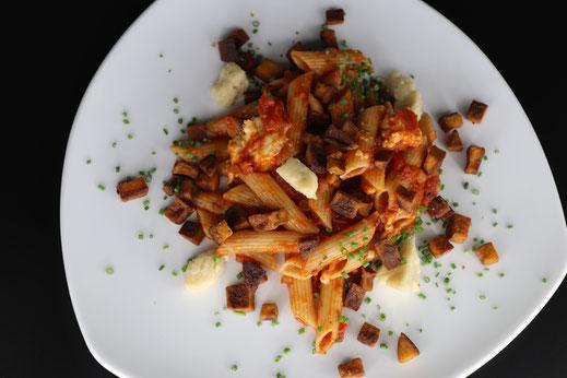 Dinkel Penne mit Tomatensauce, Paprika-Tofu Würfel und selbstgemachten Mozzarella