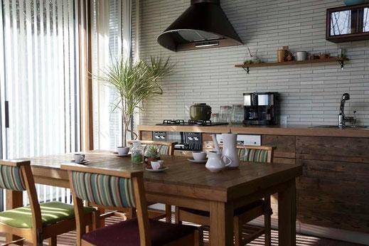 古材キッチンと無垢の家具