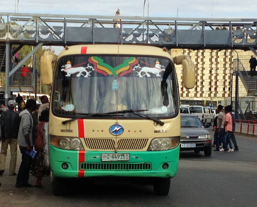 ©Textes et Photos Pascal Mawuli Macé Autobus Voyage Ethiopie  Commerce solidaire Lion of Judah, Keutkeut, croix rouge, taxi ethiopien, ambulance ethiopienne, parleurs, conversation, Entoto, Shuro Meda, autobus Addis Abeba, autobus rouge Addis Abeba