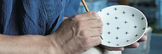 職人による手描きの絵付けを施すことができます。オリジナルの絵付けが可能です。