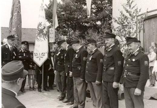 """Beförderungen 1960. Im Vordergrund erkennbar: Volgger Johann, Schranz (""""Pröller"""") Friedl, Eisenstecken Sepp und Komandant BI Hauser Franz"""