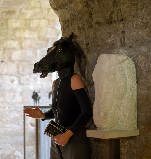Annette Jahns neben der Sandsteinskulptur von Bachmann