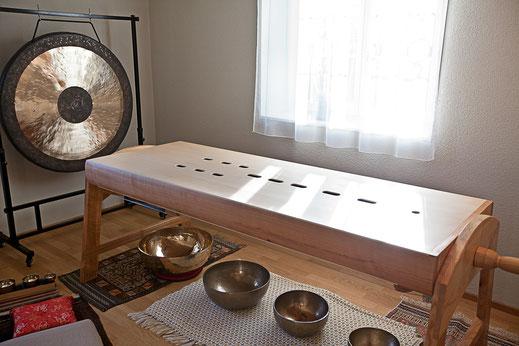 Klangliege mit Gong und Klangschalen