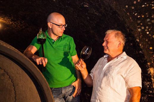 Weingut E & C Hirsch Watzelsdorf Winzer im Keller beim Wein verkosten