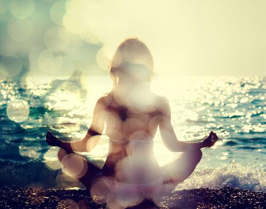 Meditation Achtsamkeit Meditieren-lernen Entspannungstechniken Strand Meer Sonne Praxis