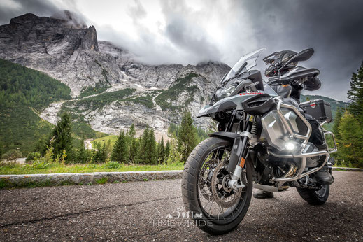 BMW R 1250 GS Adventure auf kurvigen Passstrassen, Landstrasse und Autobahn