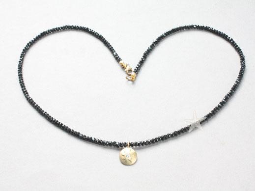 Bild: schwarze Spinellkette mit kleiner Goldsonne eingearbeitet mit kleinem Brillanten,schmuckbrise, Goldschmiede Flensburg Hildebrandt