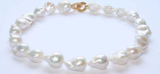 Bild: Perlenkette,sehr,große barocke Perlenkette.Sie besteht aus 21 Einzelperlen,welche vorne ca.22x14mm groß sind und nach hinten etwas kleiner werden.Die Perlen sind weiß und haben einen schönen Glanz.