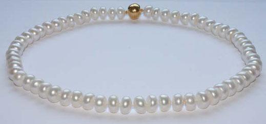 Perlenkette aus flachen Perlen,sie sind gerundete Scheiben aneinander,die stärke der Kette ist somit 12mm,die einzelnen Perlen sind 12mm x7mm,Die Perlenkette hat einen Magnetverschluss in Vergoldet.