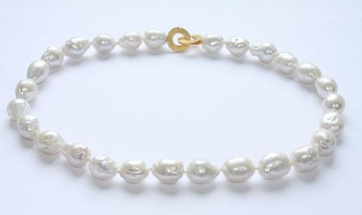 Bild: Perlenkette,große barocke Perlenkette,lange barocke Perlenkette,eine weiße Perlenkette mit Scheibenschliesse,