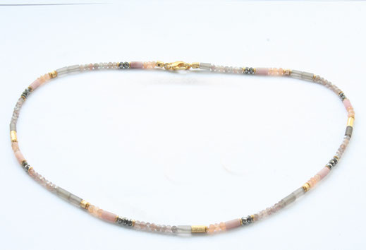 Bild: Edelsteinkette 3mm in unterschiedlichen Abständen wechseln sich Perlen und graubläuliche Labradoritperlen ab, dazwischen sind kleine vergoldete Röhrchen gesetzt , Schmuckbrise, Goldschmiede Flensburg Hildebrandt