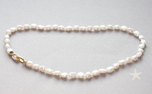 Bild: barocke Perlenkette mit schönem, leicht champagner farbendem Lüster, Perlengröße ist 9x7mm,Verschluss zwei schlichte Ösen welche sich beide öffnen lassen in Silbervergoldet,Schmuckbrise  Goldschmiede Hildebrandt Flensburg
