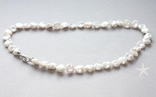 Bild: barocke Perlenkette mit leicht zart grauem Lüster,Perlengröße ca.11x10mm, der Verschluss besteht aus zwei Ösen welche sich beide öffnen lassen er ist  aus 925 Silber. Schmuckbrise Goldschmiede Hildebrandt In Flensburg