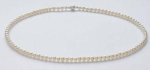 kleine,weiße Perlenkette.Die Größe der Perlen ist 5mm,die Perlen sind ganz leicht oval.Der Glanz ist sehr schön,Länge 42cm