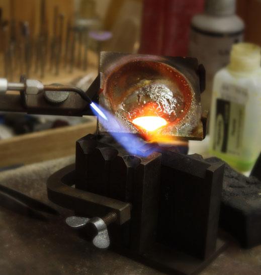 Altgold wird in der Goldschmiede eingeschmolzen und zu etwas neuem verarbeitet