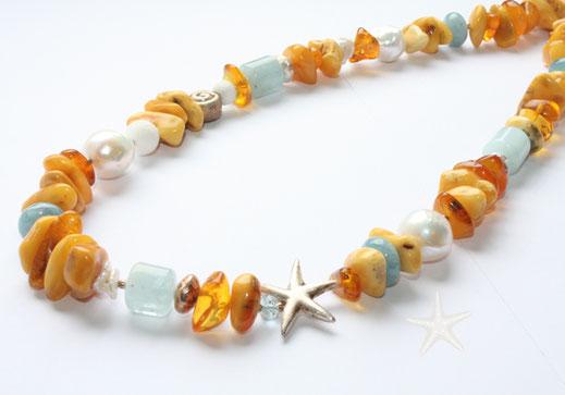 Bild: große, unregelmässige Bernsteinkette kombiniert mit Aquamarin und weißen Perlen, Schmuck brise Goldschmiede Flensburg Hildebrandt