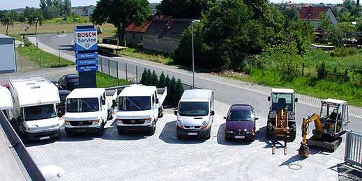 Verschiedene Mietfahrzeuge und Baumaschinen, von Pkw und Transporter über Nutzfahrzeuge und Lkw bis hin zu Gabelstapler und Minibagger stehen auf dem Firmengelände der Kfz-Service Park GmbH und wurden von oben fotografiert. / Bildquelle: Kfz-Service Park