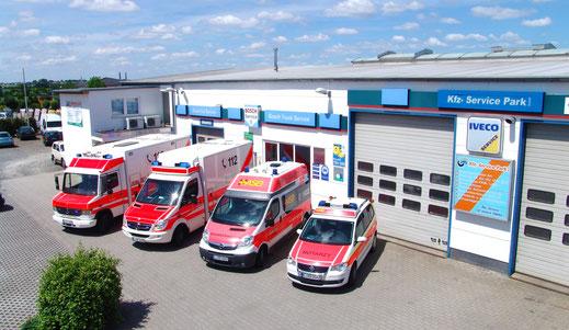 Verschiedene Rettungswagen, von Pkw über Transporter bis Lkw stehen auf dem Firmengelände der Kfz-Service Park GmbH und wurden von oben fotografiert. / Bildquelle: Kfz-Service Park GmbH