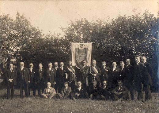 Bild aus den Gründerjahren mit Vereinsfahne