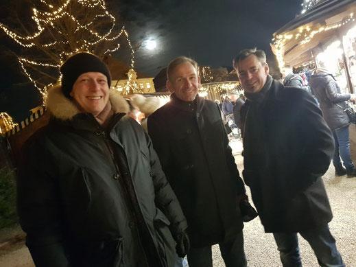 Mit Toni Stadelmann (ganz links) und Bürgermeisterkandidat Stephan Antwerpen auf dem Altöttinger Christkindlmarkt