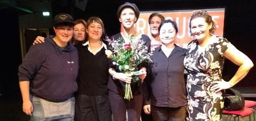Ein Gruppenbild der Vorstandsfrauen; in der Mitte Amina Gusner mit einem Blumenstrauß, links das neue Vorstandsmitglied Helena Kontoudakis
