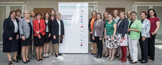 """Die Vorstände der 16 Frauenverbände stehen vor einer weißen Tafel mit den Logos der Verbände und dem Schriftzug """"Berliner Erklärung 2017"""""""