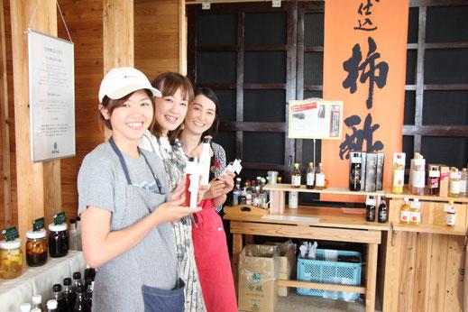 笑顔で立っている3人の女性スタッフ