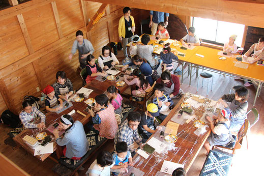 料理教室で手巻き寿司を習う生徒