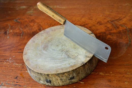 Hochwertige Unterlagen zum Schneiden von Lebensmitteln. Es dient dazu, dass beim Schneiden weder der Tisch beschädigt noch das Messer stumpf wird.