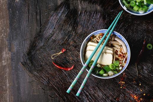 Mit unserem breiten Sortiment an Porzellan und Melamingeschirr von Marken wie z. B. Tatung oder Jiamei präsentieren Sie Ihre Speisen auf höchstem Niveau.
