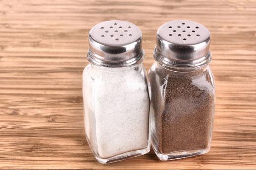 Die Menage ist ein Teil des Tischgedeckes. Unsere Menagen erhalten Sie klassisch mit  Salz- und Pfefferstreuern. Auch für weitere Gewürze, Öle, Zahnstocher und Sambal Oelek ist das Gestell gedacht.